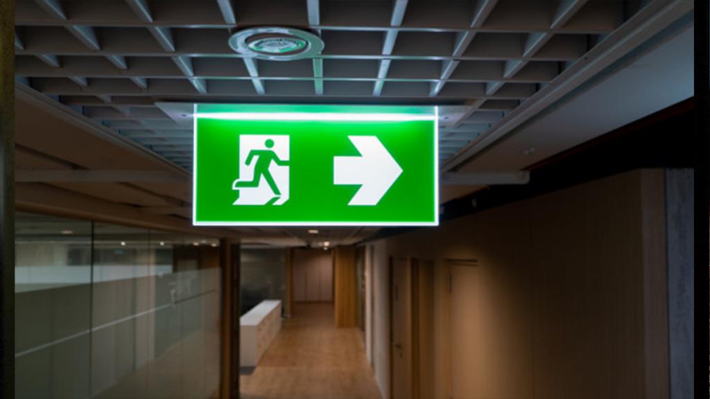 خروج اضطراری و اگزیت ساین و مقررات خروجی های اضطراری